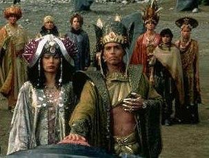 Goa´uldi v popředí Apophis a Amonet