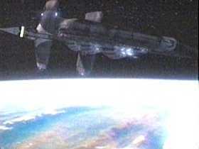 Asgardská mateřská loď Biliskner zakrátko shoří v zemské atmosféře.